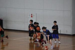 ボール2個をドリブルして選手と競走