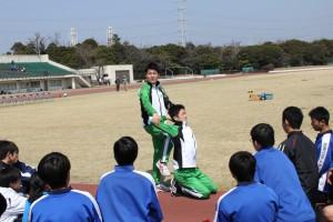 腕を振る選手の可動域にびっくりする受講生たち