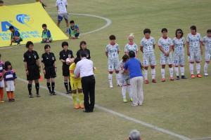 高橋 市長と岡根 教育長による 両チームへ花束贈呈