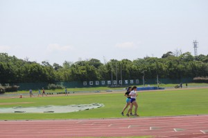 陸上競技場で練習