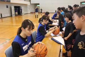 「選手と交流会」 選手にサインを求める受講生