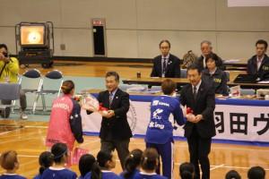 高橋市長・岡根教育長から両チームキャプテンへ花束贈呈
