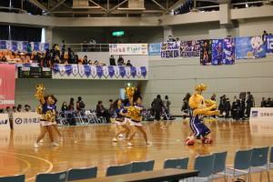 ヴィッキーちゃんと東京羽田 ヴィッキーズ プラチナム チアリーダーズによる応援