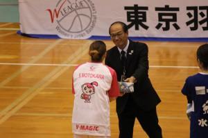富津市バスケットボール協会 木村会長からMVP・MIP選手に記念品贈呈