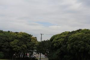 厚い雲の隙間から青空が