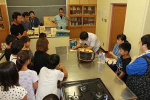 大橋 講師による電熱ペンの取り扱い説明