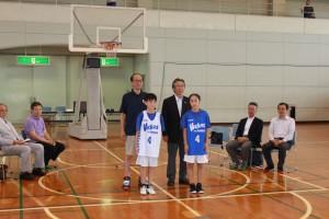 ヴィッキーズ・木村会長から選抜代表選手へユニホーム贈呈